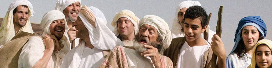 Als alte Hebräer verkleidete Menschen, meist in lockerer Kleidung mit weißem Kopfbund. Manche reden oder lachen.