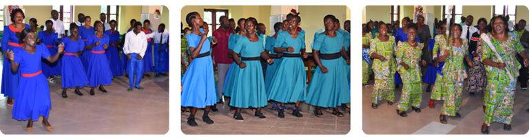 3 Fotos: Tanzende afrikanische Frauen. Kleider der 1. Gruppe blau-rot, der 2. hellblau-schwarz, der 3. hellgrün-gemustert.