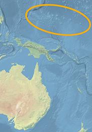Weltkartenausschnitt in hellen Blau-, Beige-, Grüntönen. Die Meeresregion, in der die Karolinen-Inseln liegen, ist umkreist.