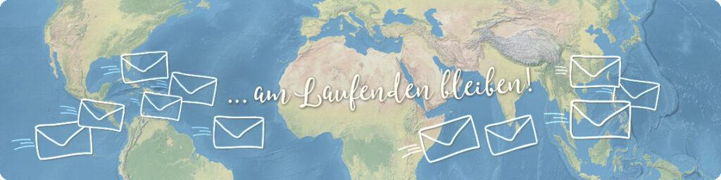 """Weißer Text """"… am Laufenden bleiben"""", rundherum weiße Strichzeichnungen von Briefen. Hintergrund: blau-grün-beige Weltkarte."""