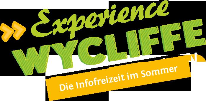 Text in grün: Experience WYCLIFFE. Darunter weißer Text in orangener Box: Die Infofreizeit im Sommer. Alles schräg geneigt.