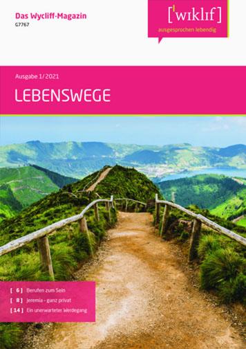 Titelseite. Oben steht in pinkem Feld der Titel: LEBENSWEGE. Darunter: Foto von Weg mit Holzzaun über grüne Hügelkuppen.